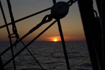 Ballade en mer : coucher de soleil à bord